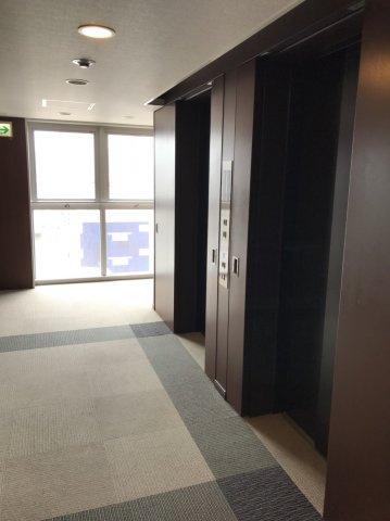 【エレベーター】住む方や、訪れたゲストを温かく包み込むようにお迎えする天然石仕様のエレベーターホール。