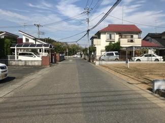 前面道路は幅員約6mで広々しています。物件は右側です。2019年9月29日 13:30頃撮影。