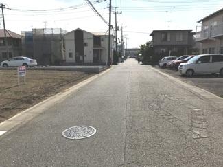 前面道路を反対側から撮影。物件は左側です。2019年9月29日 13:30頃撮影。