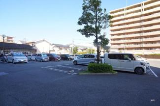 平面駐車場無料です。