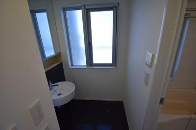 大きな鏡のある独立洗面台です