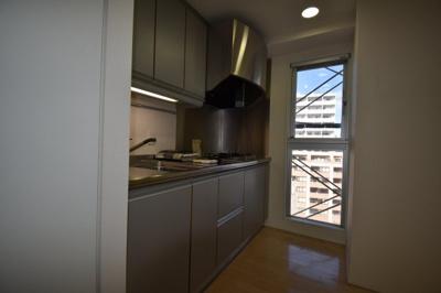 広めのキッチンです 奥に窓もあり明るいです