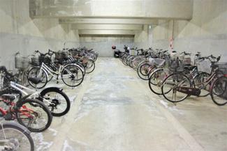 地下には広々駐輪場があります