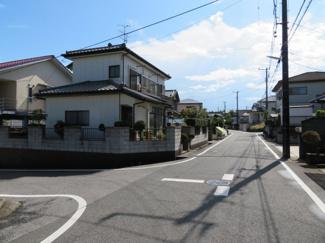 袖ヶ浦市蔵波台 中古一戸建て 長浦駅 6mの幅員がございますので、お車のすれ違いもスムーズで安心です。運転が苦手な奥様も見通しも良好です!