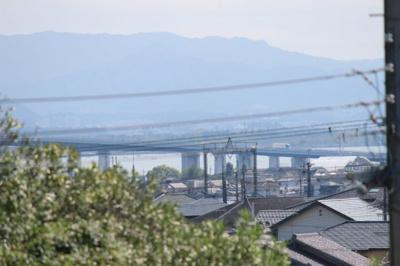 二階から琵琶湖大橋の眺め