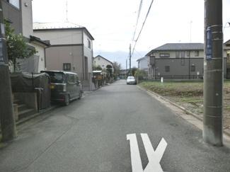 接道する東側道路を北側から撮影。物件は東側です。(2019年10月17日 10:30頃撮影。)