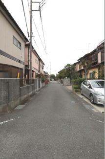 接道する道路の写真です。物件は左側になります。(2019年10月17日14:30頃撮影)