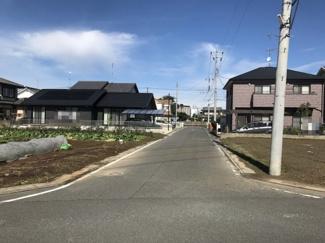 西側の接道する道路を南側から撮影。物件は右側です。2019年10月26日 10:45頃撮影。