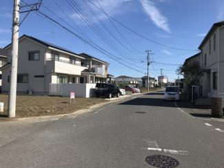 南側の接道する道路を西側から撮影。物件は左側です。2019年10月26日 10:45頃撮影。