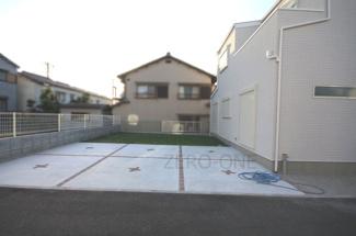 駐車場は2台以上可能です 大きな南向きの芝のお庭で遊べますよ