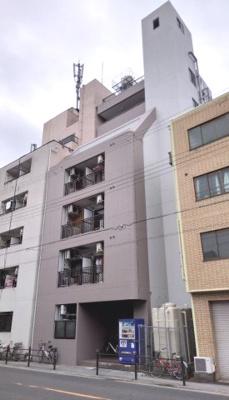 物件の外観です。鉄骨造り7階建て、エレベータ付きのマンションです。