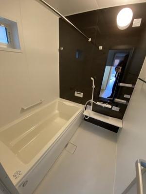 浴室換気乾燥暖房機付きのゆったり一坪サイズ浴室。 オールシーズン快適なバスタイムが実現します。