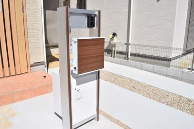 不在時にも宅配物を受け取れる!とっても便利な宅配BOX付き機能門柱を採用。 ※現在建築中。同仕様写真