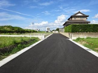 袖ヶ浦市坂戸市場 新築一戸建て 袖ヶ浦駅 前面道路は舗装されているのでとても歩きやすく、公道6mにつきすれ違いもラクラクです♪