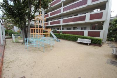 マンション敷地内には、小さなお子様が遊べる遊具がある公園がありましたよ♪