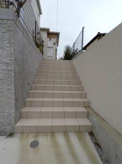 玄関に続く階段