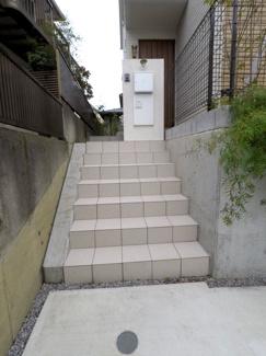 玄関に続く階段です