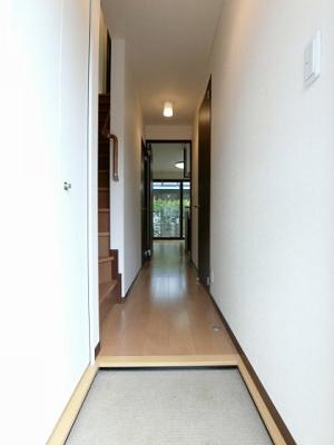玄関から室内への景観です!廊下とリビングダイニングキッチンの間には扉があるので冷暖房効率がいいですね♪