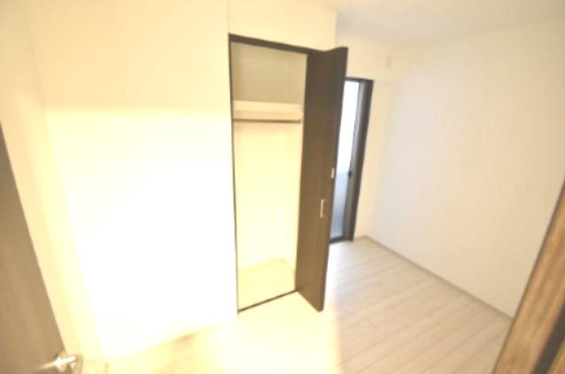 トイレ横の洋室です。 こちらはお子様のお部屋や書斎にいかがでしょうか? 窓からは優しい光が差し込みますので、落ち着いて生活できます。
