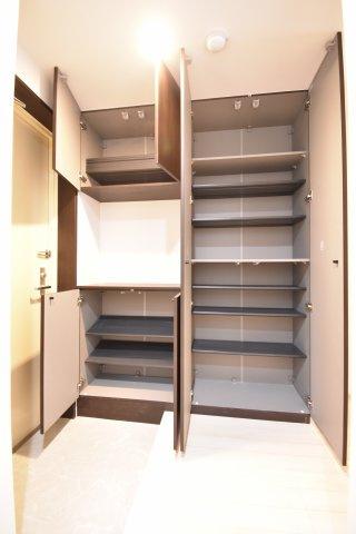 シューズボックスです。 靴をたくさんお持ちの方も安心して収納できます。 棚もついているので芳香剤やお花も飾れます。