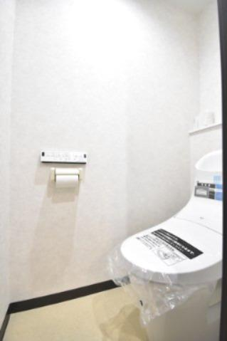 シンプルで使いやすいトイレです。 収納棚がないので、突っ張り棒で収納棚を作れば安心です。