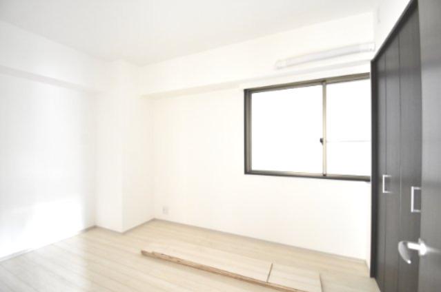 キッチン横の洋室です。 こちらは寝室にいかがでしょうか? 窓がついているので朝は優しい光が差し込み、気持ちよく目覚めます。
