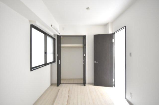 キッチン横の洋室の収納です。 衣類が多い方でも安心して収納できます。 上の棚には毛布など収納できるのも便利です。