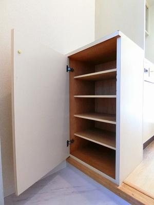 シューズボックス付きで玄関がすっきり片付きます!上に写真やかわいい小物を置けるので、玄関を華やかに飾れますね♪
