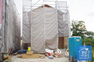 3号棟 現地(2019年9月)撮影 上棟しました!11月完成予定です。 敷地面積233.31㎡(70.57坪)。 駐車並列2台可能。