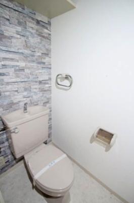 オシャレなレンガ調のクロスが素敵なトイレですね♪ 上部に棚がついいていますので、トイレットペーパー等のストックを置くのにも便利ですよね♪