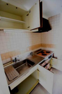 壁付けキッチンは収納も多く、調理器具をたくさんお持ちの方にも安心です♪ 調理台も広く三口コンロなのでお料理も効率よく作ることができますよ♪