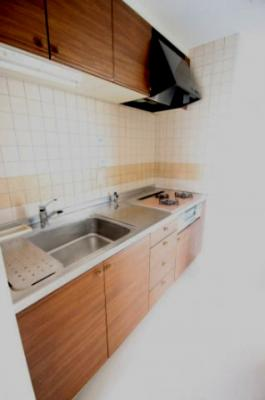 木目調のオシャレなキッチンは調理台やシンクも広くお料理するのが楽しくなりますね♪