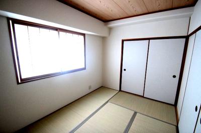 和室(6.0帖)です。 南向きの窓からの採光が明るい和室です♪