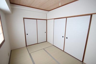 別角度から見た、和室(6.0帖)です。 リビングと隣接していますので動線も良くご家族の和み空間になりますね♪