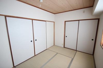 別角度から見た、和室(6.0帖)です。 客間としてはもちろん、間仕切りを開けばリビングや洋室とも繋げられ多用途につかえるお部屋です♪