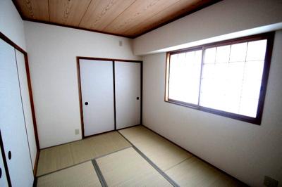 別角度から見た、和室(6.0帖)です。 落ち付いた雰囲気の和室ですね♪客間しても使える多用途なお部屋です♪