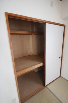 和室には収納力のある押入収納がございます。