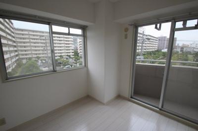 洋室(4.4帖)です。 西と南に窓がありますので、日中通して明るいお部屋ですね♪