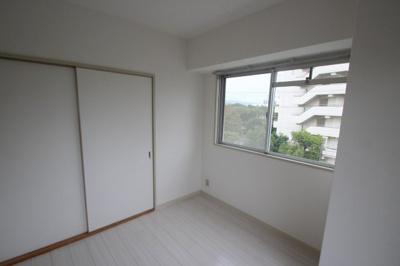 別角度から見た洋室(4.4帖)です。 和室やリビングと隣接したお部屋なので繋げて使うと広々つかえますよね♪