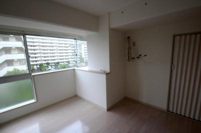 洋室(6.7帖)です。 南向きの大きな窓のあるお部屋なので、たいへん明るいお部屋です。