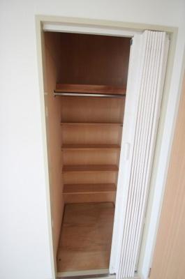 洋室(6.7帖)にある収納です。 棚とポールがあり収納しやすいクローゼットです♪