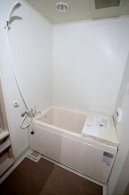 清潔感のあるホワイトの浴室です。 ホワイトの浴室は圧迫感がなく、実際より広くみえますよね♪ 風呂蓋と棚ついているのもうれしいですね♪