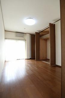 2階の洋室(真ん中)を部屋の入り口側から撮影。2019年10月31日 11:00頃。
