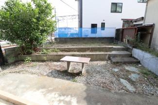 建物の奥に庭があります。2019年10月31日 11:00頃撮影。