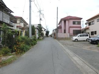 接道する北側の道路を西側から撮影。物件は右側です。2019年10月26日 16:45頃撮影。