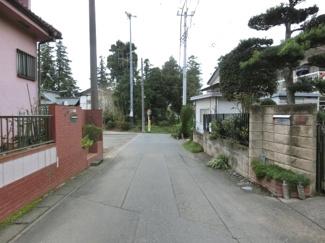接道する北側の道路を東側から撮影。物件は左側です。2019年10月26日 16:45頃撮影。