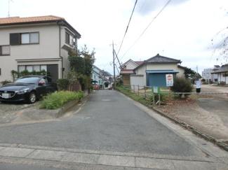 接道する西側の道路を北側から撮影。物件は左側です。2019年10月26日 16:45頃撮影。