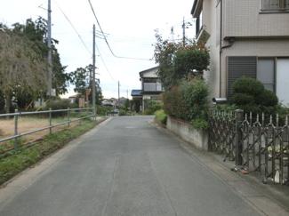 接道する西側の道路を南側から撮影。物件は右側です。2019年10月26日 16:45頃撮影。