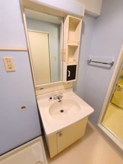 朝の支度にも助かる、独立の洗髪洗面化粧台  Kワンビル