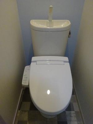 トイレもきれいです。温水洗浄便座です。